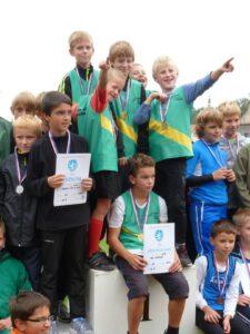 Choceňská mládež s medailemi na krku po vítezství na závodech